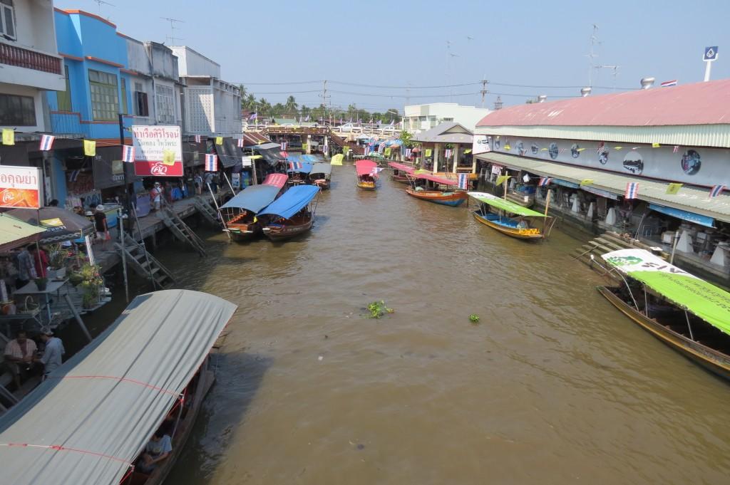 The Large Floating Market at Amphaya